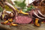 Hirschkarree scharf angebraten auf rustikalem Küchenbrett - 104939029