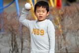 キャッチボールをする幼児(6歳)