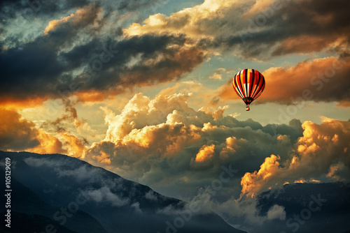 Fototapety, obrazy : Hot air balloon in a storm clouds