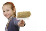 Sorridente bambina col pennello da imbianchino