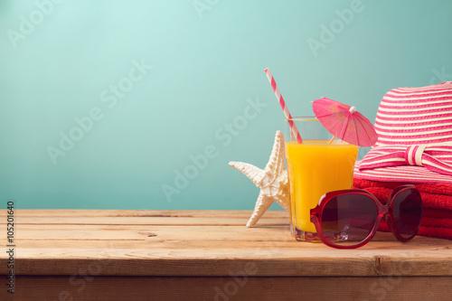 Koncepcja lato wakacje wakacje z sokiem pomarańczowym i artykuły plażowe