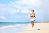 happy fit žena běžec běží na písku v létě jezdit prázdniny na tropické pláži asijské ženy běhání dělat kardio trénink cvičení pro hubnutí štěstí a pohodu koncepce