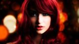 junge attraktive Frau vor Bokeh-Hintergrund