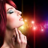 junge attraktive Frau vor Lichterwand
