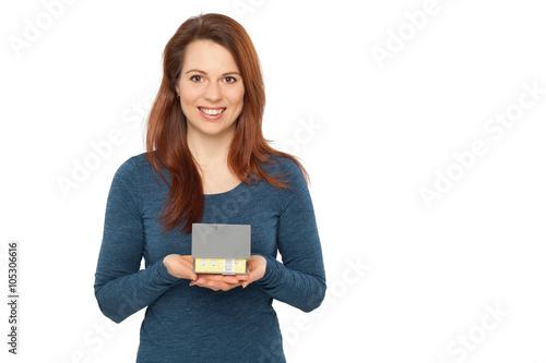 Poster Junge Frau trägt ein Haus auf ihren Händen