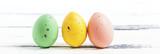 tre pastellfärgade påskägg horisontell banner