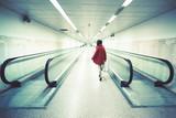 Donna cammina nel sottopassaggio della metropolitana