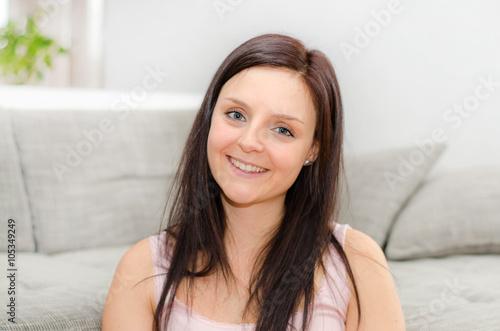 Poster Lachende Frau zu Hause
