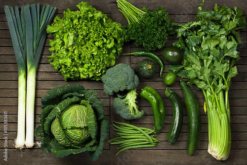 Composition de légumes uniquement verts sur une table en bois vue dans haut