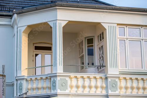 Poster Fassade und Dach eines Häuschens an der Strandpromenade von Laboe