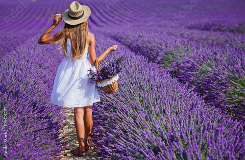 Poster Snoeien Young girl in the lavander fields