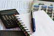 Calculatrices, table de multiplication, stylo et carnet