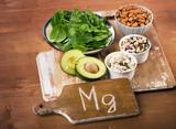 potraviny bohaté na hořčík na dřevěném stole