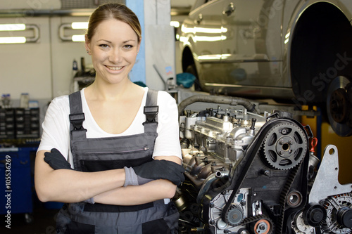 Kfz-Mechaniker bei Reparatur von Motor in Auto-Werkstatt