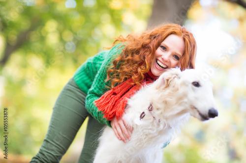 Poster Frau mit Hund beim Spazieren