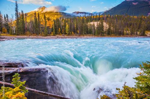 potezne-i-malownicze-wodospady-athabasca