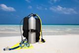 Taucherausrüstung mit Taucherbrille, Flossen und Atemregler am Strand - 105612682