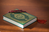 Священная книга коран зеленого цвета, четки