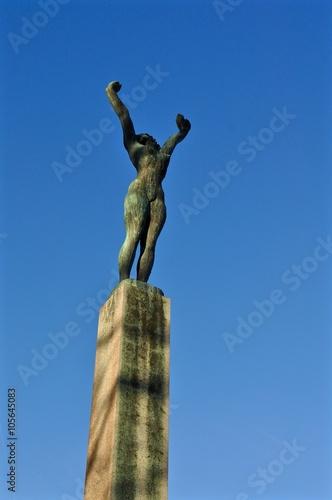 Poster Statue aus Bronze auf der Landiwiese, Stadt Zürich:  Frau streckt Arme zum blauen Himmel