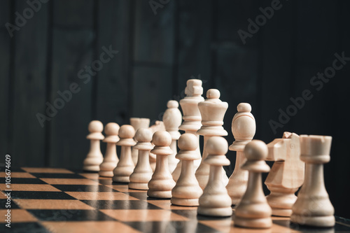 chess pieces on chessboard Tableau sur Toile