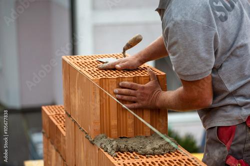 Leinwanddruck Bild Bauarbeiter auf einer Baustelle