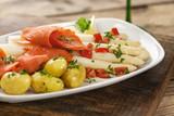 Spargel mit Sauce Vinaigrette, Lachs und Kartoffeln auf weißem Teller