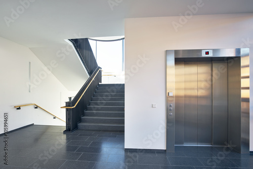 Treppenhaus modern Gebäude Fenster Aufzug