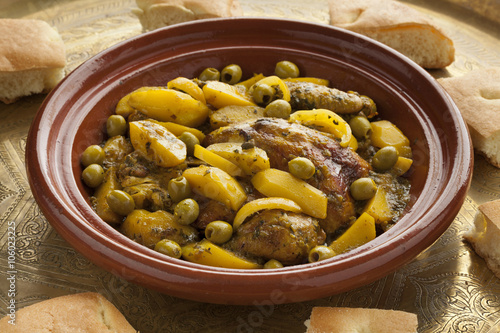 Papiers peints Maroc Moroccan tajine with chicken,pototoes and olives
