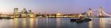 Panorama von der City of London zu der Tower Bridge am Abend - 106040648