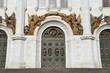 Один из входов в храм Христа Спасителя в Москве