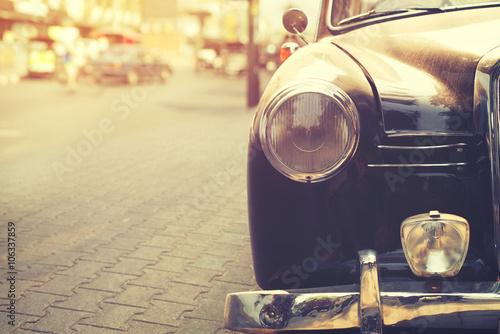 Szczegół reflektor lampy klasyczny samochód parkujący w miastowym - rocznika filtra skutka styl