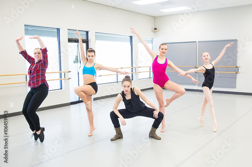 Plakat group of young dancers in studio