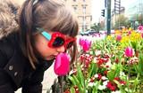 Bambina con fiori in città