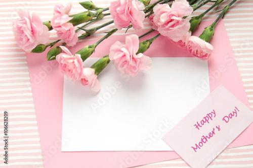 Karta dnia matki. Bukiet różowych goździków.