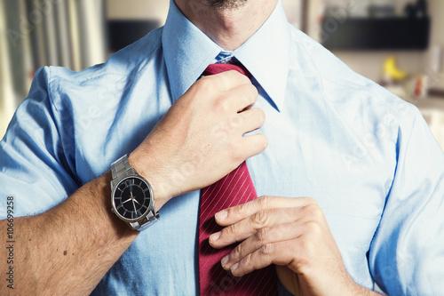datore di lavoro si sistema la cravatta prima di un colloquio di lavoro Poster