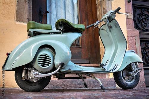 Plexiglas Scooter Grüner Vintage Oldtimer Motorroller –Roller 60er Jahre – Green Italian 60s Scooter