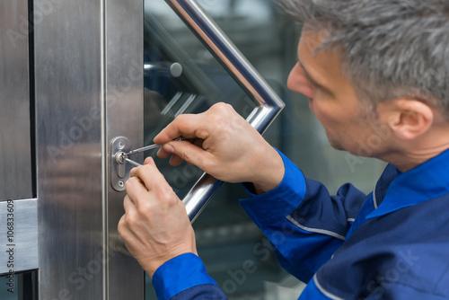 Homme LockPicker fixation Poignée de porte à la maison Poster