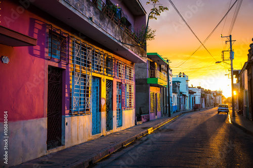 CAMAGUEY, KUBA - Strasse in der historischen Altstadt bei Sonnenuntergang Poster