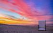 Ein einzelner Strandkorb am Sandstrand auf der Insel Usedom im Sonnenuntergang