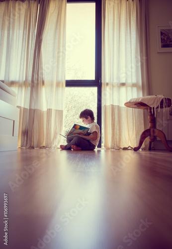 niño leyendo un libro