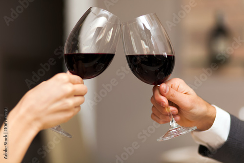 Couple toasting wine glasses Poster