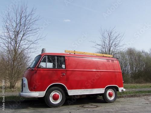 Zum Wohnmobil umgebautes Feuerwehrauto aus den Fünfziger und Sechziger Jahren be Poster