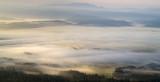 Dolina górska spowita poranną mgłą