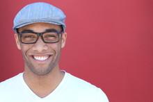 Zdrowy uśmiech. Wybielanie zębów. Piękna młoda portret człowieka zamknąć. Nad nowoczesnym czerwonym tle. Śmiejąc się biznesmen z Perfect Shin. Kopiowanie miejsca na dodanie tekstu.