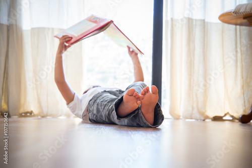 niño leyendo un libro en casa