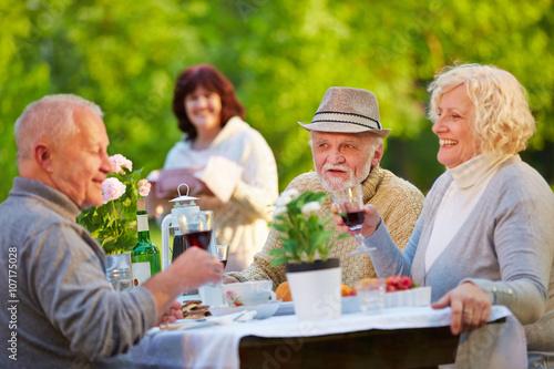 Zdjęcia na płótnie, fototapety, obrazy : Senioren beim Geburtstag feiern im Garten