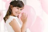 niña con globos comunion fiesta