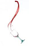 Vino rosso in movimento da bicchiere di vetro su sfondo bianco