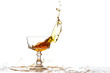 Bicchiere con liquido arancione in movimento