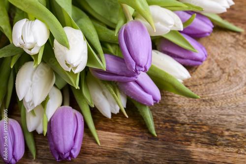 Zdjęcia na płótnie, fototapety na wymiar, obrazy na ścianę : bouquet of white and purple tulips on wood